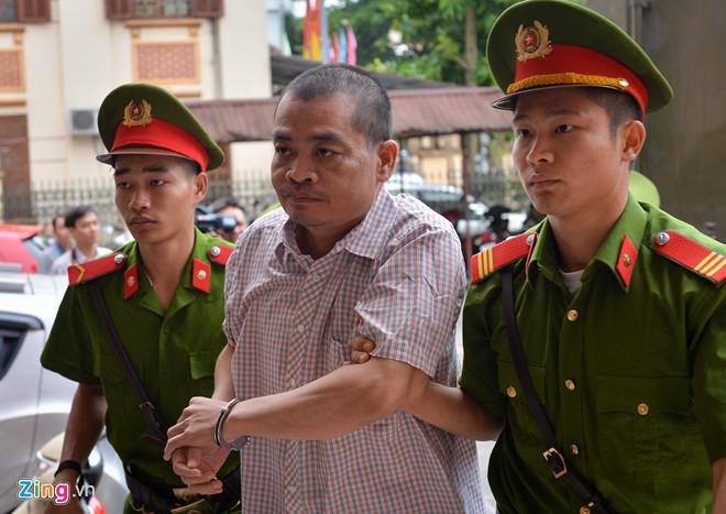 Bị cáo Nguyễn Thanh Hoài bị cảnh sát áp giải đến toà sáng 14/10. (Ảnh qua Zing)