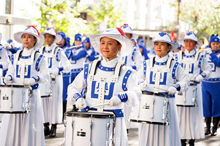 Các thành viên của Thiên Quốc Nhạc Đoàn mặc trang phục cổ Trung Quốc, đi bốt cao, chỉnh tề và hiên ngang.