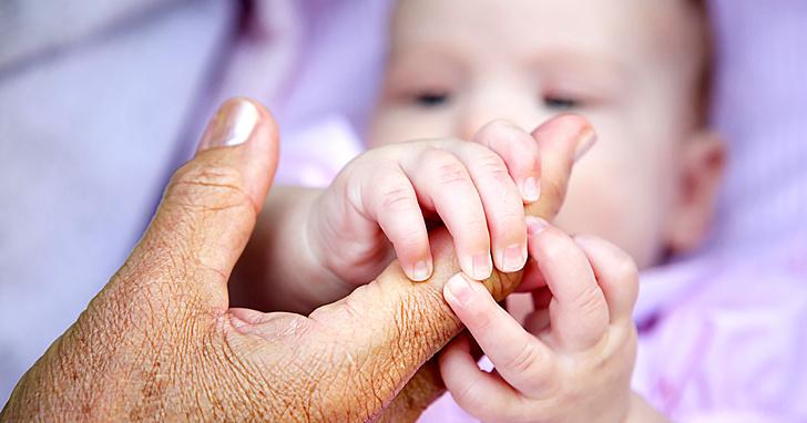 Người cháu thường nhận được tình yêu thương và sự chăm sóc đặc biệt của bà ngoại ngày từ khi mới chào đời.