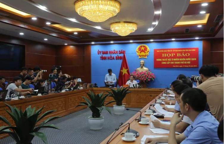 UBND tỉnh Hòa Bình tổ chức họp báo thông tin về sự cố ô nhiễm nguồn nước sông Đà chiều ngày 17/10. (Ảnh qua tuoitre)