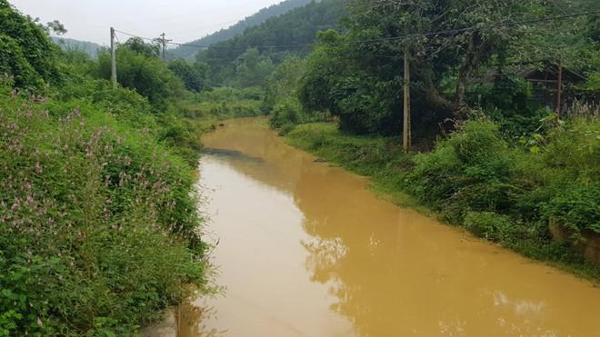 Dù phát hiện có dầu loang ở đầu nguồn nước nguyên liệu, nhưng Viwasupco vẫn cấp nước sinh hoạt không đảm bảo cho người dân. (Ảnh qua thanhnien)