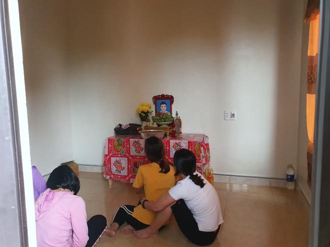 Nhiều gia đình đã lập bàn thờ tạm vì nghi con họ là nạn nhân.