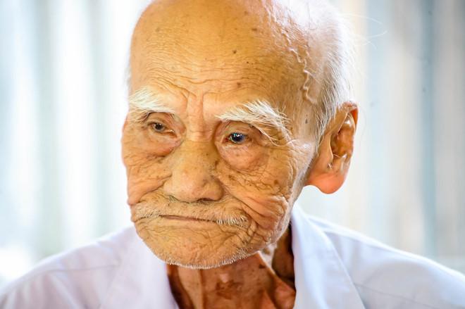 Cụ Đoàn Văn Ựng (97 tuổi) nhưng vẫn rất minh mẫn, sáng mắt và rất khỏe mạnh.