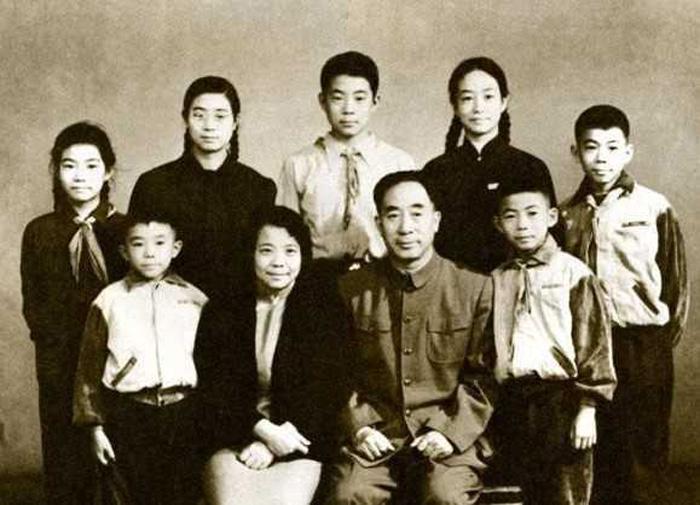 Vợ chồng Bạc Nhất Ba - Hồ Minh và bảy người con