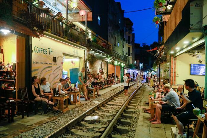 Du khách đến khu vực cà phê đường tàu Phùng Hưng.