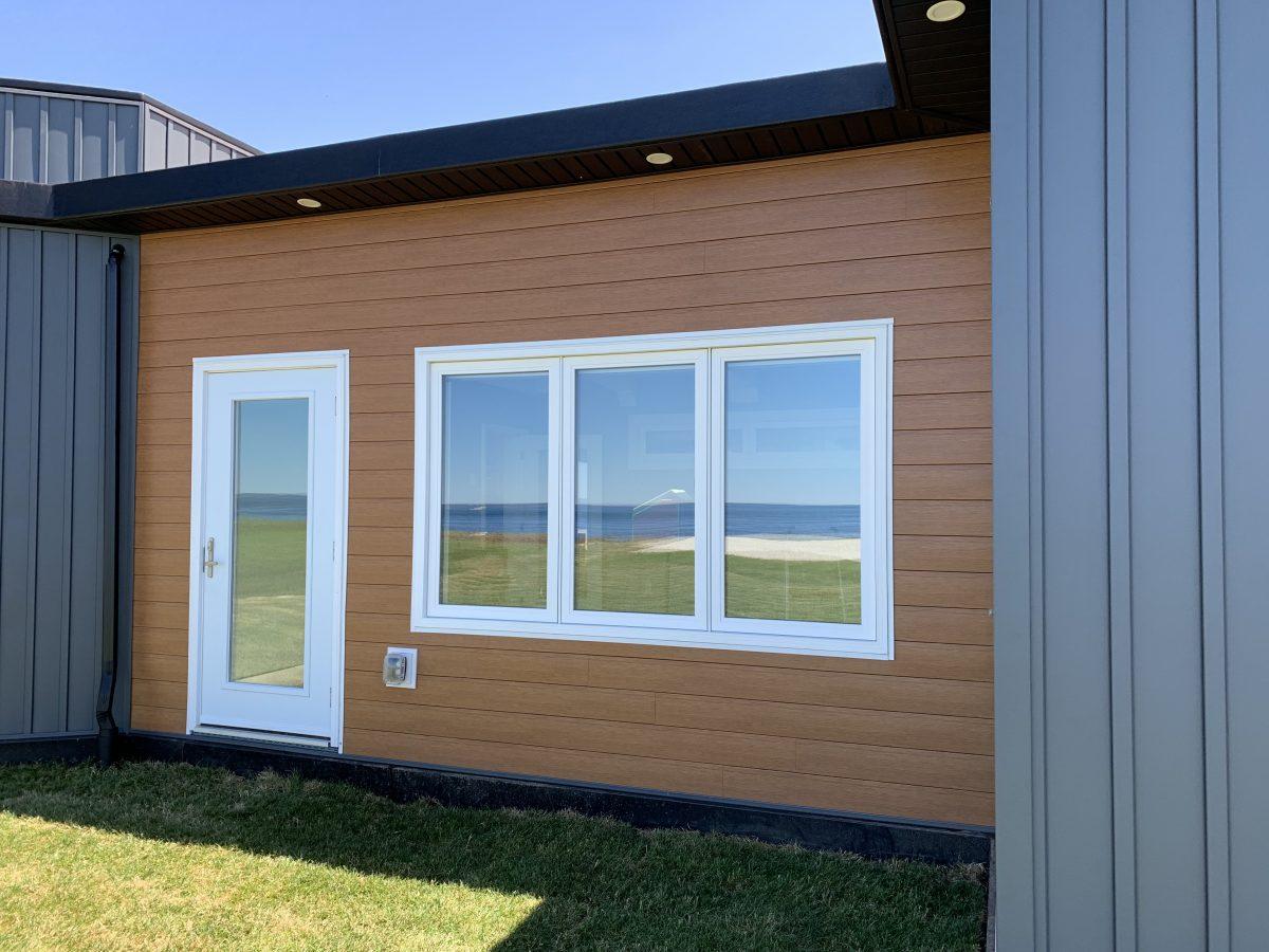 Tường nhựa của ngôi nhà được thiết kế như gỗ thật. (Ảnh: JD Composites Inc.)