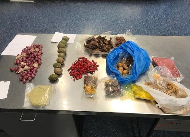 Những món đồ hải quan Úc phát hiện trong hành lý của người phụ nữ. (Ảnh qua tuoitre)