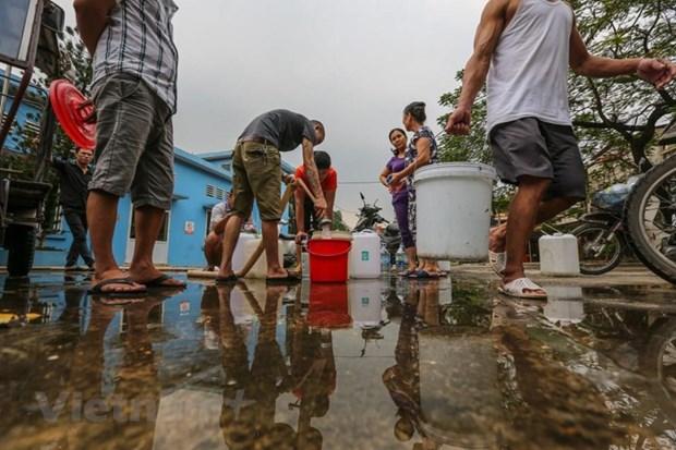 Sự cố nước sạch sông Đà khiến người dân Hà Nội lao đao.