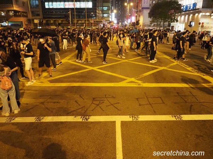 """Dòng chữ """"Trời diệt Trung Cộng"""" ngày 4/10 ở Tsuen Wan."""