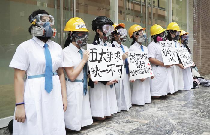 """Học sinh Hồng Kông cũng tham gia phong trào biểu tình phản đối luật dẫn độ, giương cao biểu ngữ """"5 yêu cầu lớn, không thể thiếu 1""""."""