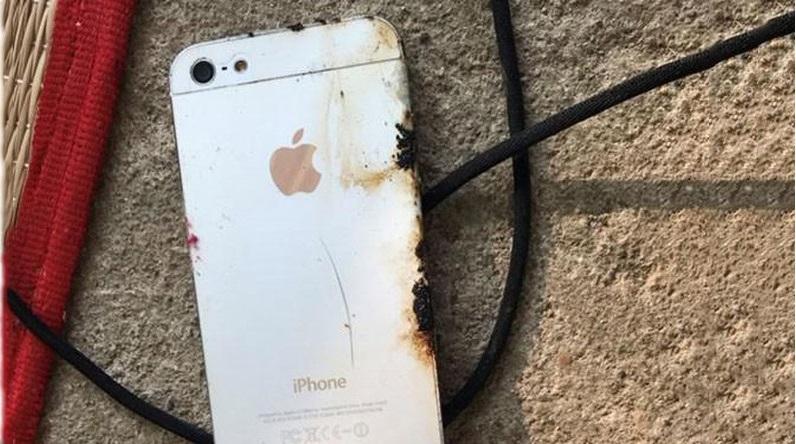 Chiếc iPhone sau khi phát nổ của nạn nhân. (Ảnh: Tuổi Trẻ Online)