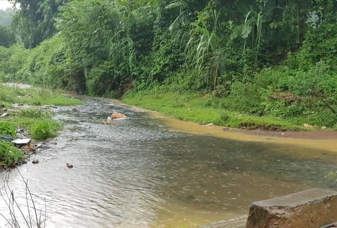 Dầu đổ trộm gây ô nhiễm nguồn nước sạch. (Ảnh qua tienphong)