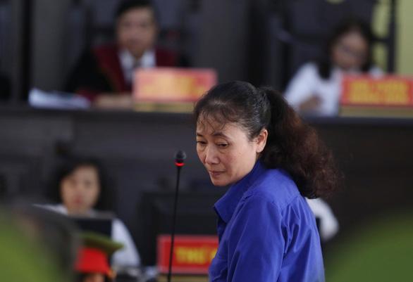 Bị cáo Nguyễn Thị Hồng Nga trong phiên xét hỏi sáng 16/10. (Ảnh qua tuoitre)