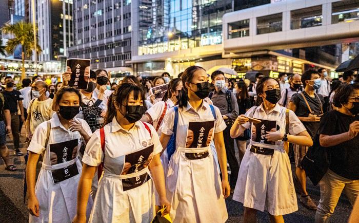 """Người biểu tình Hồng Kông đơn độc ở thế """"ngậm đắng nuốt cay, oan khiên mà nói chẳng nên lời""""."""