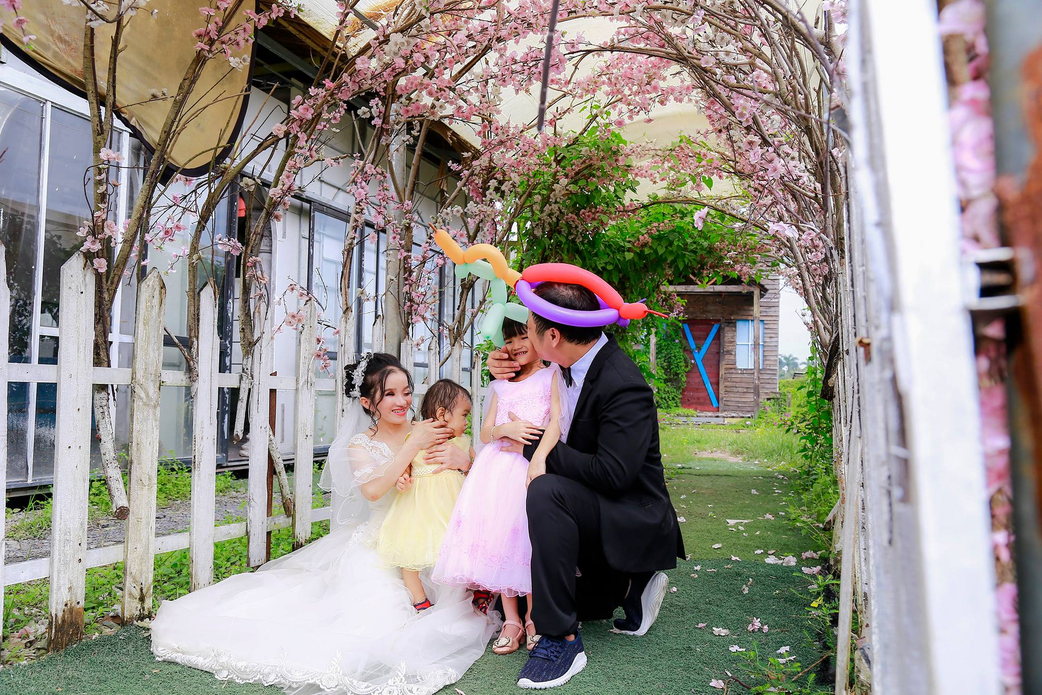 Đã có với nhau 2 mặt con nhưng đến tận bây giờ gia đình họ mới được chụp cùng nhau bộ ảnh cưới.