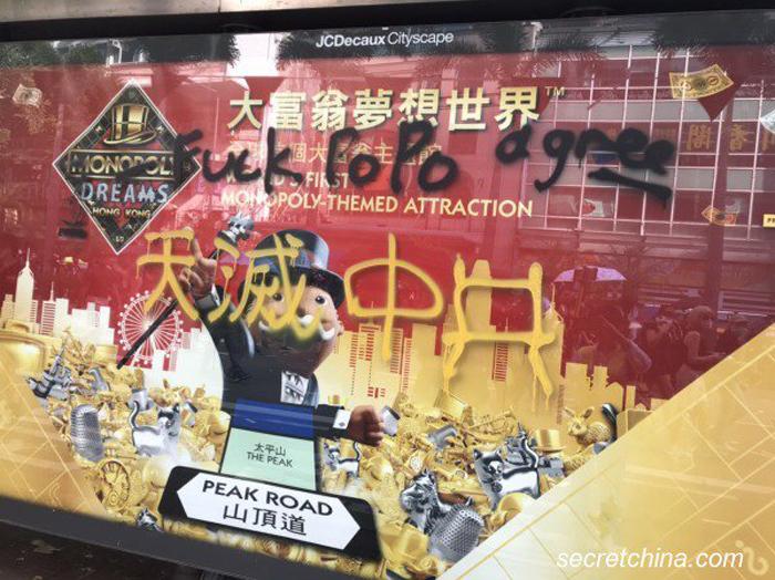 """Dòng chữ """"Trời diệt Trung Cộng"""" ngày 1/10 ở khắp nơi."""