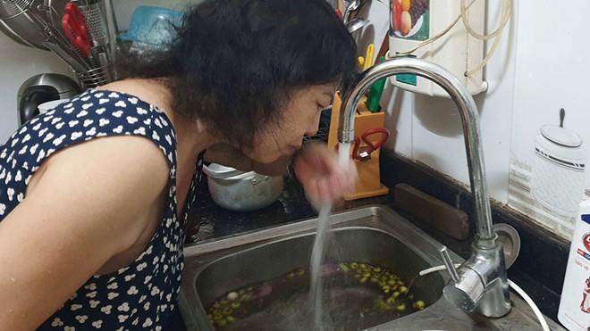 Rất nhiều người dân Hà Nội đã phải dùng nước sạch sông Đà trong tâm lý hoang mang vì mùi khét, hôi của nước.