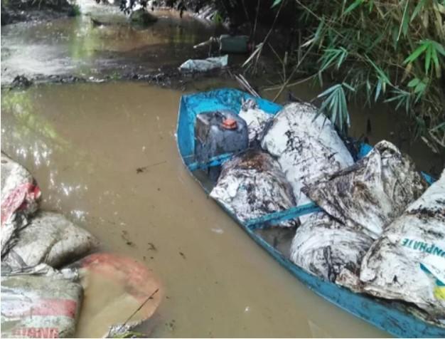 Thuyền chở dầu phế thải trên suối Trâm (xã Phú Minh, huyện Kỳ Sơn, Hòa Bình) ngày 9/10. (Ảnh qua vnexpress)