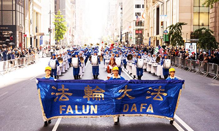 """Hôm 14/10, cuộc diễu hành ngày Columbus ở New York là một trong những cuộc diễu hành lớn nhất tại Mỹ đã diễn ra dọc Đại lộ số 5. """"Thiên Quốc nhạc đoàn"""" của các học viên Pháp Luân Công cũng góp mặt. (Ảnh: Epoch Times)"""
