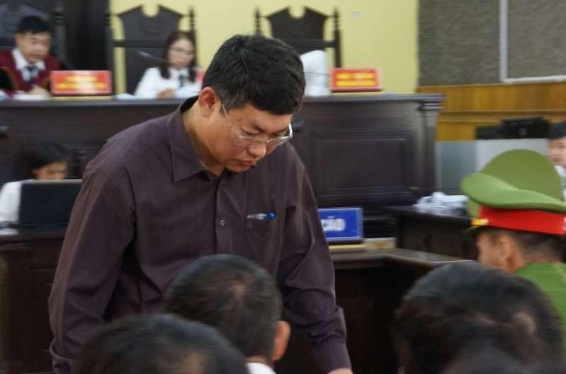 Ông Lê Trọng Bình - Phó chủ tịch UBND TP Sơn La khẳng định chỉ nhờ xem điểm nhưng con mình được nâng điểm.