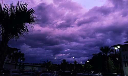 Bức ảnh bầu trời màu tím hôm 4/9 ở Jacksonville, bang Florida do Amy Pope-Latham chụp.