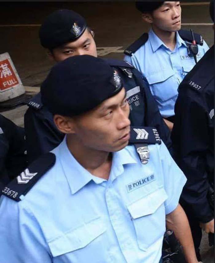 """Bức ảnh là do một người trên mạng tìm thấy được, người mang số hiệu cảnh sát 33678 là Lương Triệu Tường, so với bức ảnh người """"cảnh sát"""" bị thương ở bệnh viện mà truyền thông Hồng Kông thân cộng sản đăng là không giống nhau."""