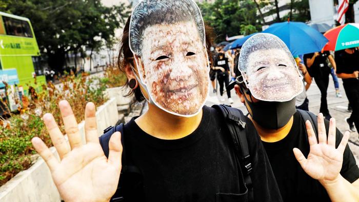 Người biểu tình Hồng Kông đeo mặt nạ hình Chủ tịch Trung Quốc Tập Cận Bình, bất chấp lệnh cấm đeo mặt nạ nơi công cộng