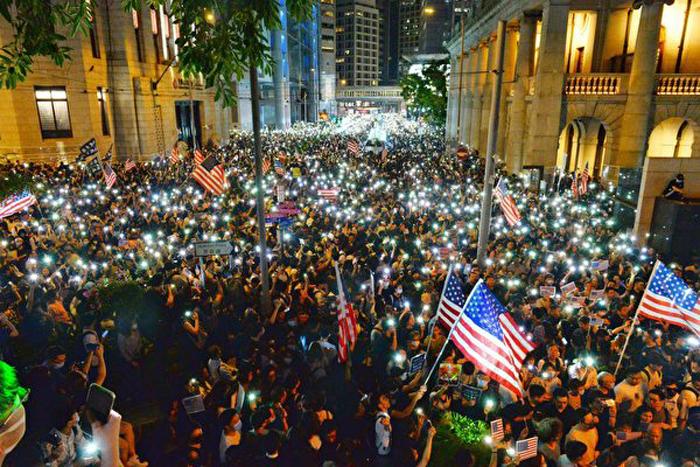 Vào lúc 7 giờ tối ngày 14/7 (giờ Hồng Kông) tại Công viên Chater, người dân Hồng Kông đã tổ chức hoạt động ủng hộ Mỹ xem xét Dự luật Nhân quyền và Dân chủ Hồng Kông. Khoảng 130.000 người đã tham gia hoạt động này.