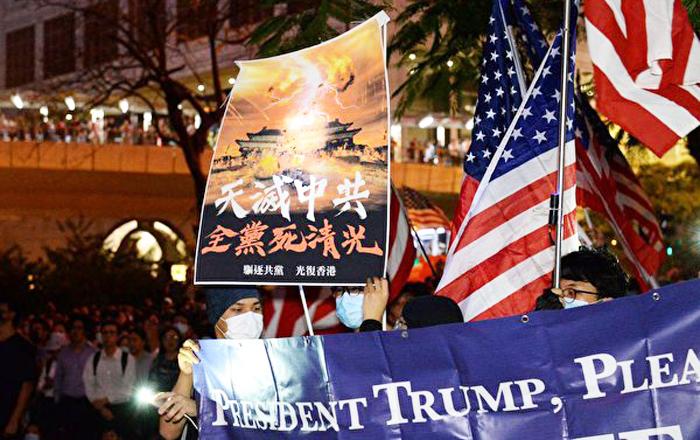 Người Hồng Kông tập trung trên đường Queensway tối ngày 14/10 ủng hộ Mỹ xem xét Dự luật Nhân quyền và Dân chủ Hồng Kông.