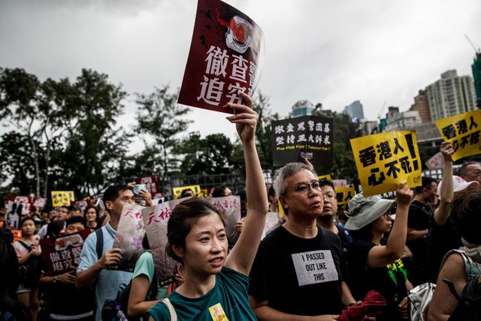 """Đối với phong trào biểu tình ở Hồng Kông, Nghê Khuông nói: """"Tôi dù sao cũng là kẻ chạy trốn, nhưng tuổi trẻ Hồng Kông không chọn trốn chạy, mà lựa chọn đối đầu, tôi bội phục họ""""."""
