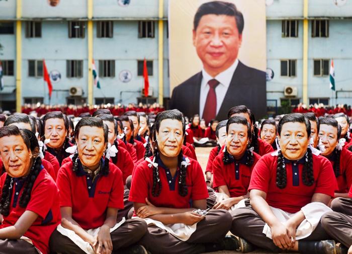 """2000 sinh viên Ấn Độ đều đeo mặt nạ Tập Cận Bình, xếp thành tên Tập Cận Bình kèm dòng chữ """"hearty welcome"""" (nhiệt liệt chào mừng)."""