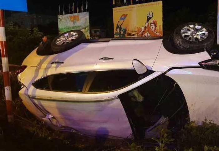 Chiếc xe ô tô bị tàu hỏa tông lật bên đường ray.