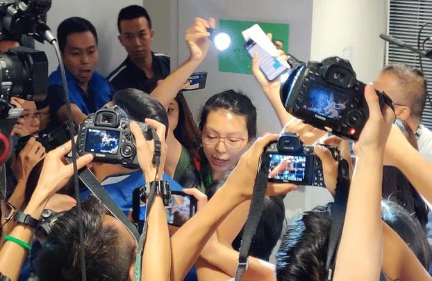 Cảnh sát Hồng Kông bị lên án vì bắt phóng viên tháo mặt nạ bảo hộ (ảnh 2)