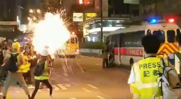 Cảnh sát Hồng Kông xịt nước tiêu cay vào cô gái đi qua đường để mua vui