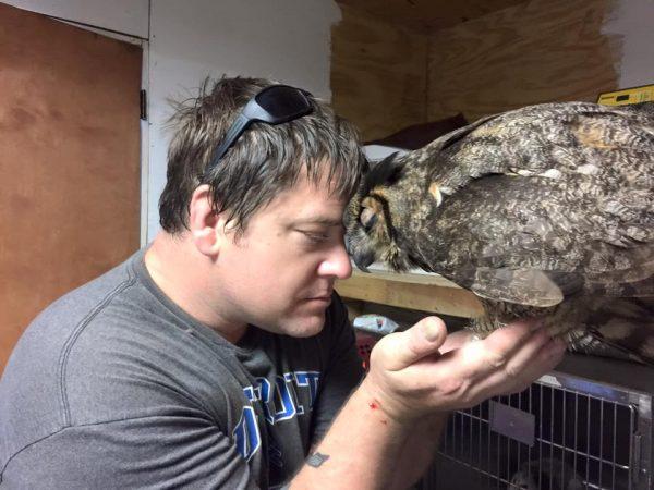 Anh chia sẻ đã từng tiếp xúc với nhiều loài chim ở trạm cứu hộ, nhưng chưa có con chim nào gắn bó gần gũi với anh như Gigi