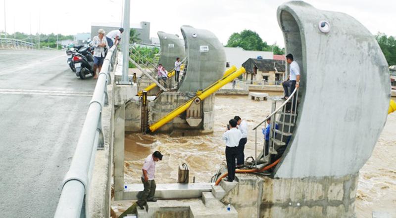 Các cơ quan chức năng tiến hành thử nghiệm công trình cống chống nhập trên tuyến kênh 30 tháng 4.