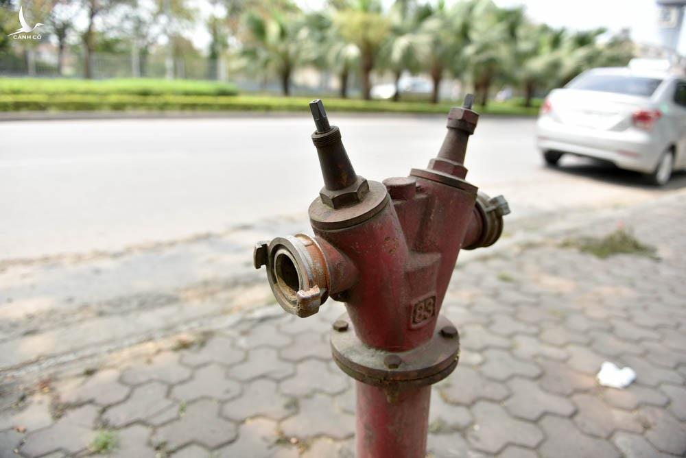 Một họng nước cứu hỏa đã mất cả nắp đậy vòi nước lẫn tay vặn van.