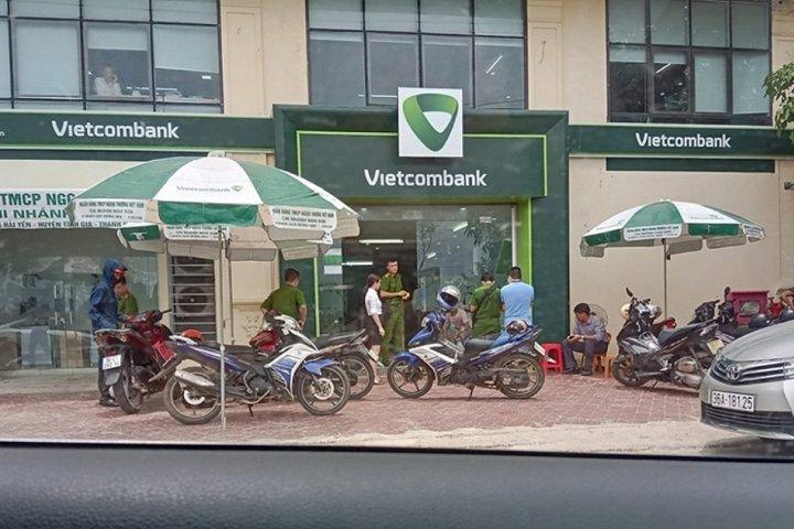 Hiện trường vụ nổ súng nghi cướp ngân hàng tại Thanh Hóa hôm 25/7. (Ảnh: Tuổi Trẻ)