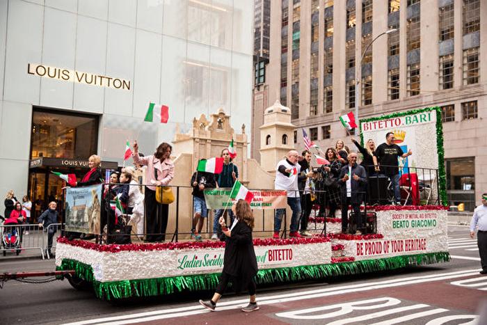 Hơn 130 nhóm và ban nhạc đã tham gia đoàn diễn, bao gồm các nhóm nhạc dân gian của cả Mỹ và Ý