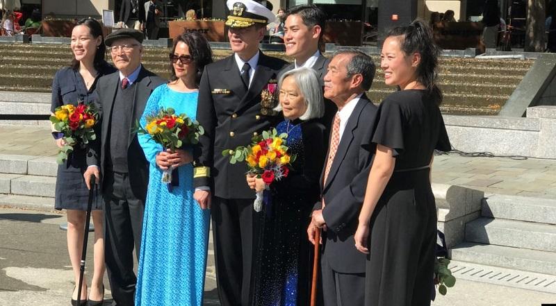 Tân Chuẩn Đô đốc Nguyễn Từ Huấn cùng gia đình tại buổi lễ thăng quân hàm ở Washington DC ngày 10/10/2019 (Ảnh: VOA).