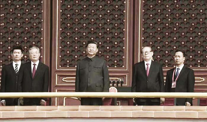 Duyệt binh ngày 1/10 ở quảng trường Thiên An Môn, Tập Cận Bình, Hồ Cẩm Đào và Giang Trạch Dân, cả 3 người đều biểu hiện rất gượng gạo, được cho là đều có nỗi lo riêng.