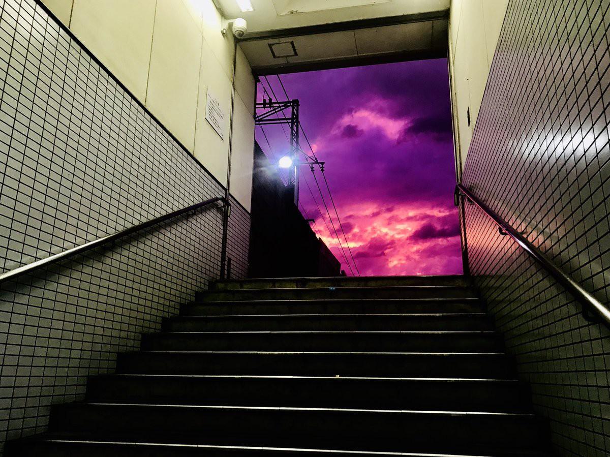 Hình ảnh bầu trời màu tím đáng sợ nhìn từ cổng ra ga tàu điện ngầm. Ảnh: Twitter/Desu_Unknown