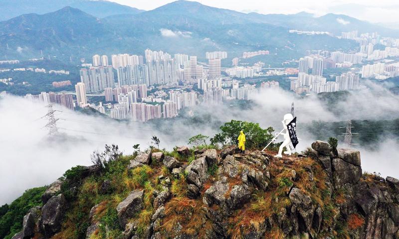 5 giờ sáng ngày 13/10/2019, hơn 20 nhân sĩ Hồng Kông đã đưa tượng Nữ thần Dân chủ Hồng Kông lên núi Sư tử.