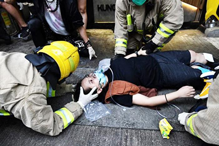 """Hôm 6/10, một """"xe điên"""" bất ngờ đâm vào nhóm người biểu tình đang trên đường, khiến 3 người bị thương, trong đó có một phụ nữ bị thương nặng ở chân."""