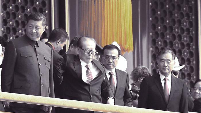 Lễ duyệt binh, các quan chức lãnh đạo cấp cao của Trung Quốc đều có mặt trên cổng thành Thiên An Môn, cựu lãnh đạo Giang Trạch Dân nhiều lần đồn đoán đã qua đời, cũng có mặt.