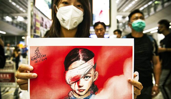Những cô gái trẻ Hồng Kông đang bước lên tuyến đầu để chống lại sự bạo ngược của chính quyền.