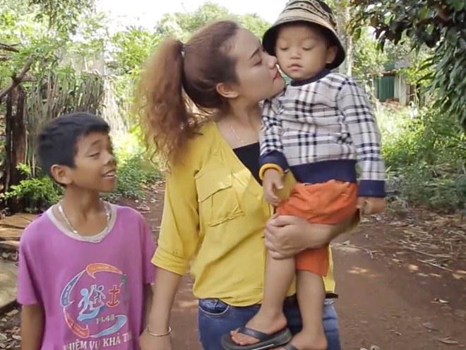 Hy sinh cả tuổi xuân và hạnh phúc cho 2 đứa con không ruột rà máu mủ