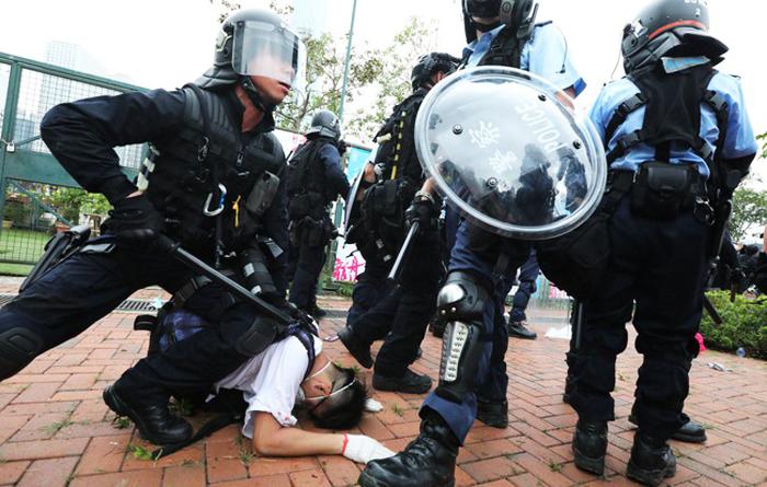 Qua 4 tháng phát động biểu tình, cảnh sát Hồng Kông đã bắt giữ gần 3000 người, trong đó có hàng trăm người dưới 18 tuổi, người bị bắt ở trên đường, thậm chí ở nhà và bệnh viện.