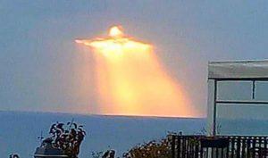 Ngoạn mục hình ảnh Chúa Jesus tỏa sáng trên những áng mây chiều hoàng hôn
