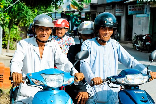 Các cụ ông trên 90 tuổi vẫn có thể lái xe máy một cách dễ dàng.